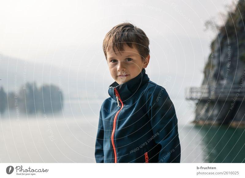 Herbstnebel am See Abenteuer wandern Kind Gesicht 1 Mensch 3-8 Jahre Kindheit Natur Nebel Wolfgangsee beobachten stehen dunkel Einsamkeit Erholung erleben
