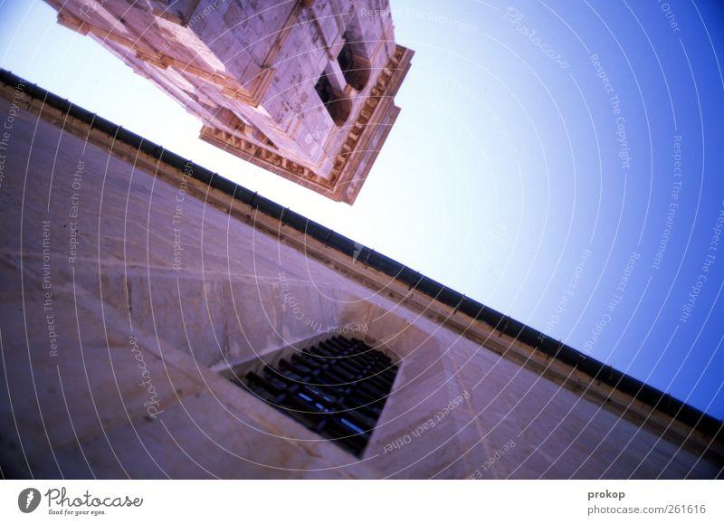 Urlaubsfotografie Himmel alt Haus ruhig Fenster Wand Religion & Glaube Stein Mauer Fassade hoch Kirche Macht Turm Schönes Wetter