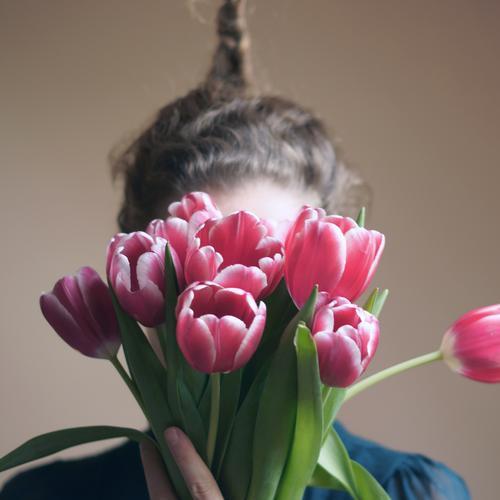 Shit, I forgot! Valentinstag Muttertag Geburtstag Mensch feminin Frau Erwachsene Haare & Frisuren Finger 1 Pflanze Frühling Blume Tulpe Blatt Blüte Zopf Blühend