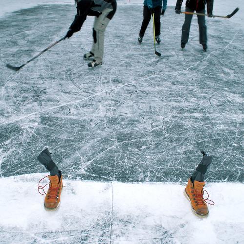 play-off Mensch Natur Winter Freude Umwelt kalt Sport Spielen See Beine Fuß Wetter Eis Körper Schuhe Schilder & Markierungen