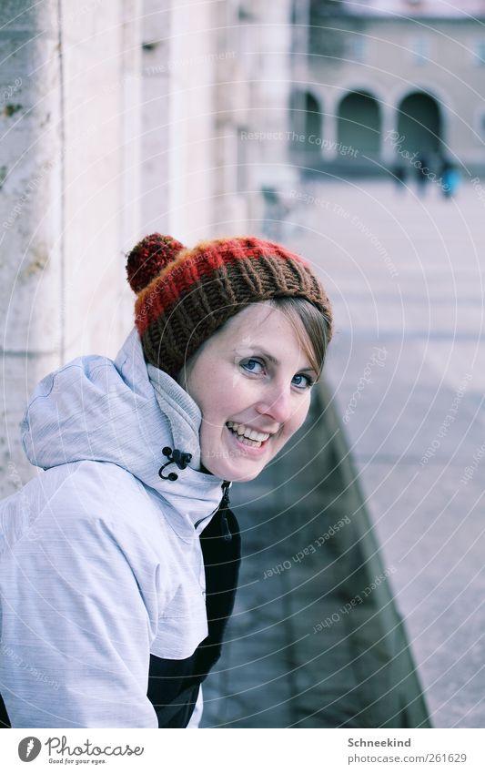 Smile Mensch Frau Jugendliche Stadt Freude Erwachsene Gesicht Auge feminin kalt Leben Wand Architektur Haare & Frisuren Junge Frau lachen