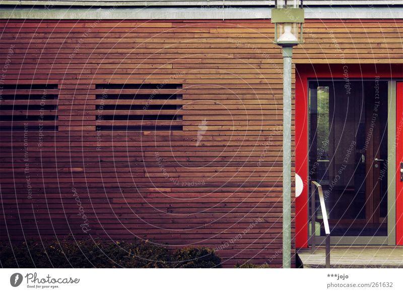 bretter vorm kopf. Mauer Wand modern Haus Halle Tür Eingang Eingangstür Treppe Treppengeländer Laterne Laternenpfahl Straßenbeleuchtung Holz Holzbrett Holzwand