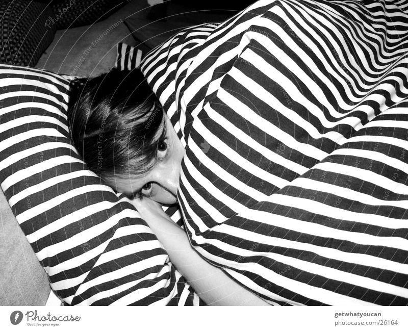 Bärenhöhle Frau Mädchen Auge Haare & Frisuren Kopf Wärme Arme Nase Bett nah liegen Physik Streifen niedlich verstecken Geborgenheit