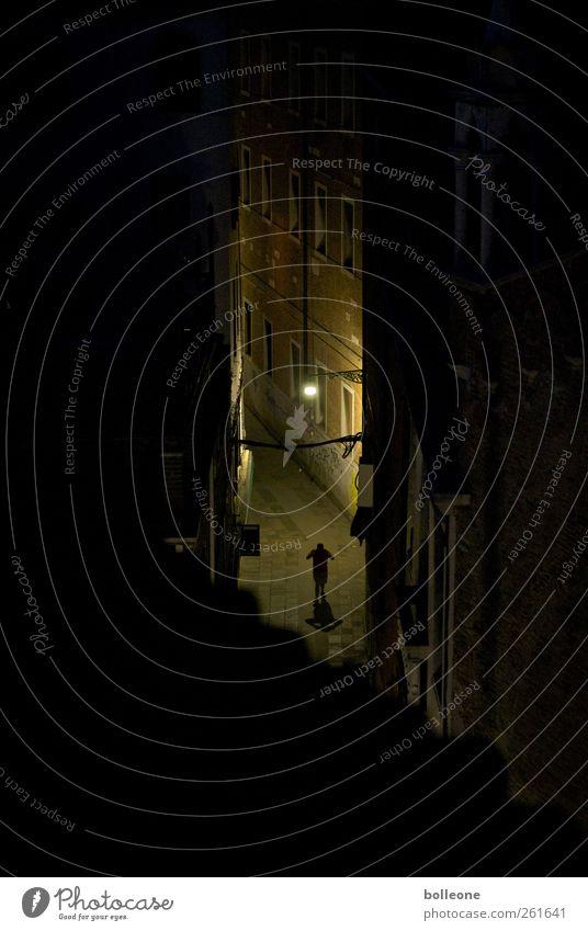 In den Gassen von Venedig Mensch Mann Stadt schwarz Einsamkeit Haus Erwachsene Fenster Wand Gefühle Wege & Pfade Mauer braun Tür Angst gehen