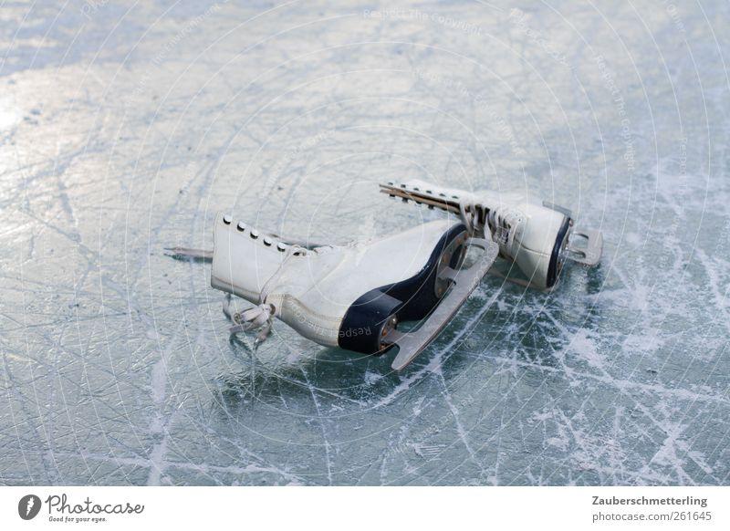 auf Eis gelegt Wintersport Schlittschuhe Frost Schuhe fest kalt Spitze weiß ruhig Ausdauer standhaft Freizeit & Hobby Mobilität Freude gefroren