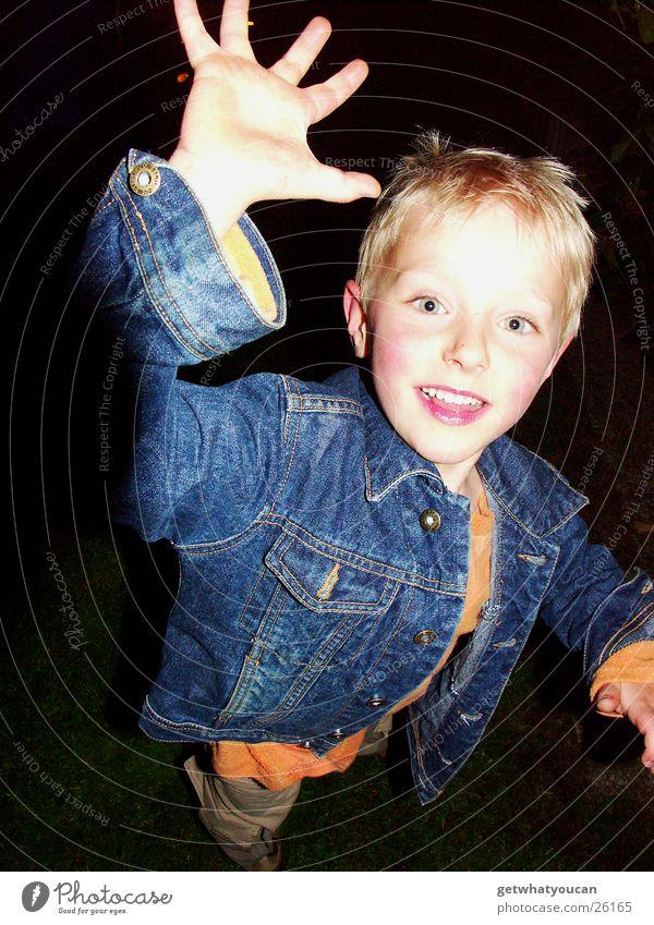 Der Tiger Kind Hand Freude Gesicht Auge dunkel Junge Bewegung hell blond rennen Jeanshose nah fangen Jacke Dynamik