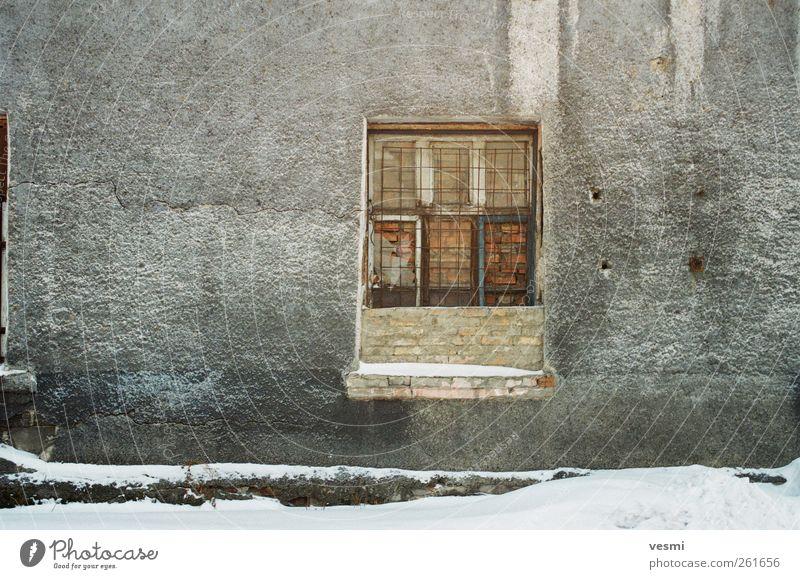 Fenster Industrieanlage Fabrik Mauer Wand alt Zukunftsangst Gitter Backstein geschlossen verfallen Winter grau Loch Farbfoto Außenaufnahme Menschenleer Tag