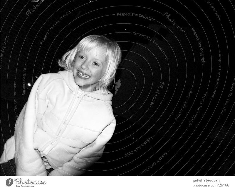 Helle Freude Mädchen blond dunkel Nacht niedlich schön Mantel weiß Kind lachen hell Garten Haare & Frisuren Dynamik Bewegung Zähne