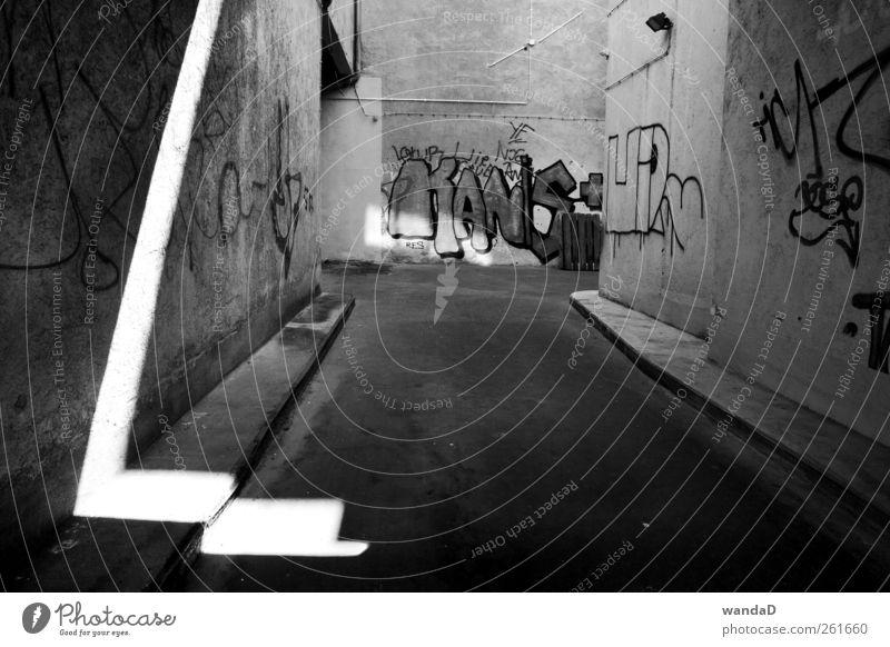________________ Stadt Menschenleer Gasse Mauer Wand Stein Beton Zeichen Schriftzeichen Graffiti Linie Pfeil beobachten entdecken hören zeichnen schreiben Blick