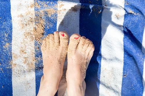 sandige Füße auf blau/ weiß gestreiften Handtuch Ferien & Urlaub & Reisen Tourismus Sommer Sommerurlaub Strand Mensch Frau Erwachsene Fuß 1 Sand Küste genießen