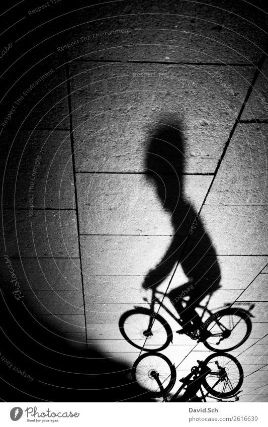 Schatten eines Fahrradfahrers Lifestyle sportlich Fahrradtour Mensch Körper 1 Stadt Verkehr Verkehrsmittel Fahrradfahren Straße Helm dünn schwarz weiß Kraft