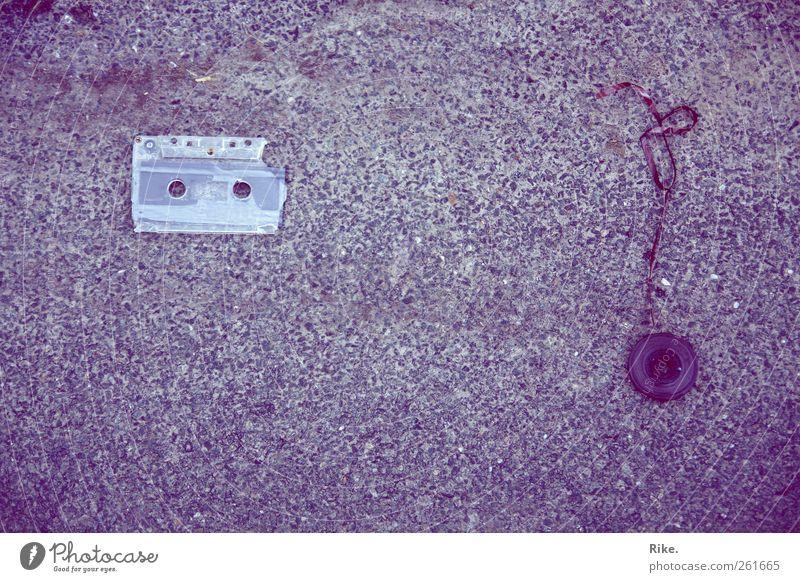 Vergängliche Töne. Musik Medien Straße Musikkassette Tonband Stein hören alt kaputt retro trashig violett Beginn chaotisch Desaster Ende Enttäuschung Kunst