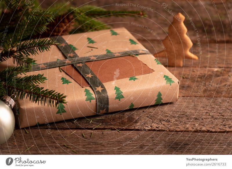 Braunes Weihnachtsgeschenk auf einem Vintage-Tisch Dessert Dekoration & Verzierung Weihnachten & Advent grün Tradition Weihnachtskugeln Frohe Weihnachten blanko