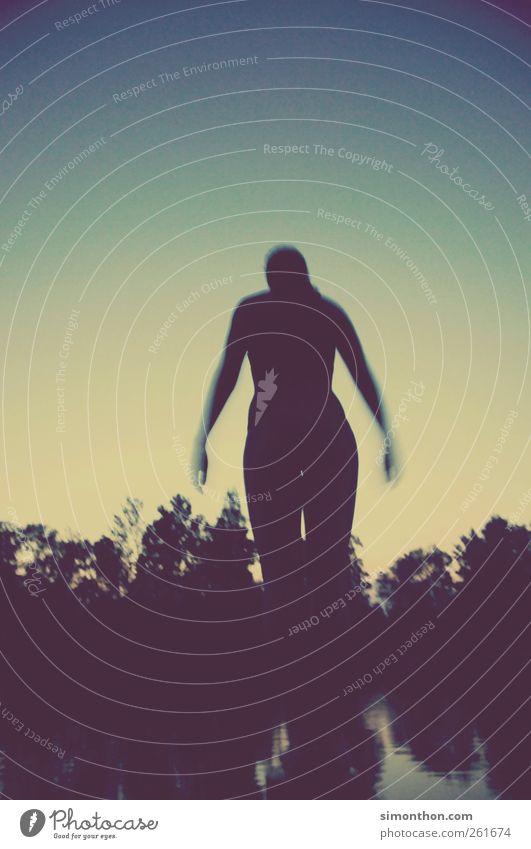 Sommernachtstraum Mensch Himmel Jugendliche blau Wasser Einsamkeit Erwachsene gelb feminin Leben Glück springen See Junge Frau Stimmung Schwimmen & Baden
