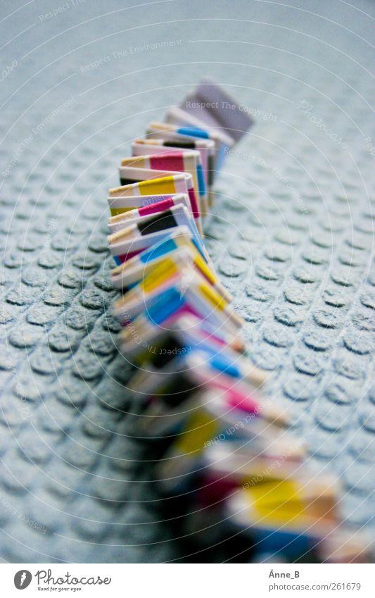 FarbkontrollRaupe blau gelb leuchten Papier Streifen Printmedien Basteln Knick Druckerzeugnisse Druckerei Medien abstrakt Muster