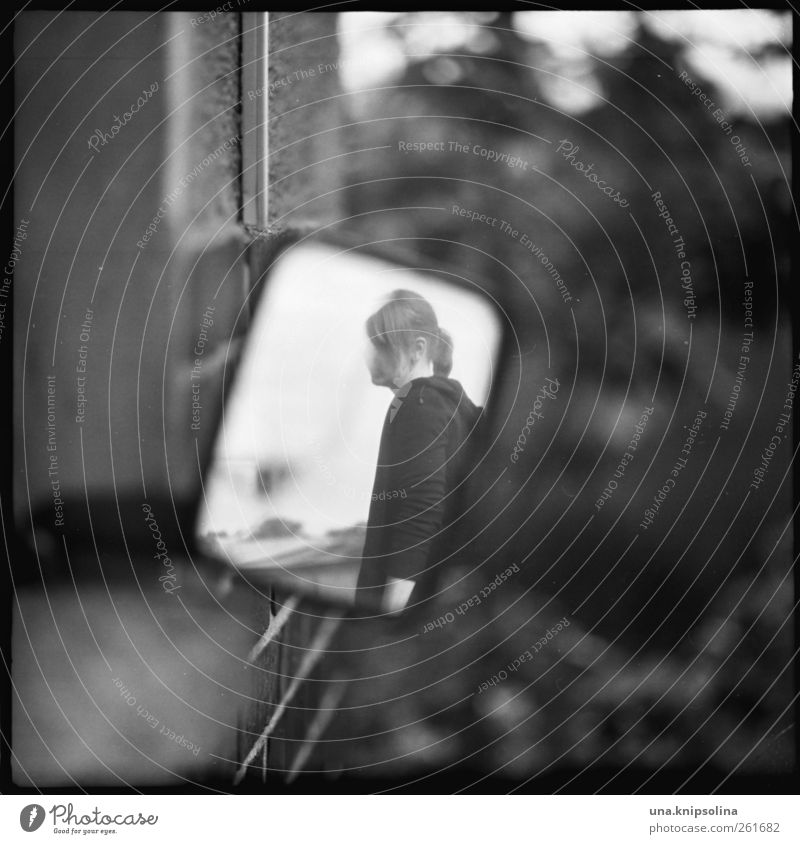anonym feminin Junge Frau Jugendliche Erwachsene 1 Mensch 18-30 Jahre Mauer Wand Fassade Spiegel beobachten dreckig kaputt verrückt Gefühle Stimmung Traurigkeit