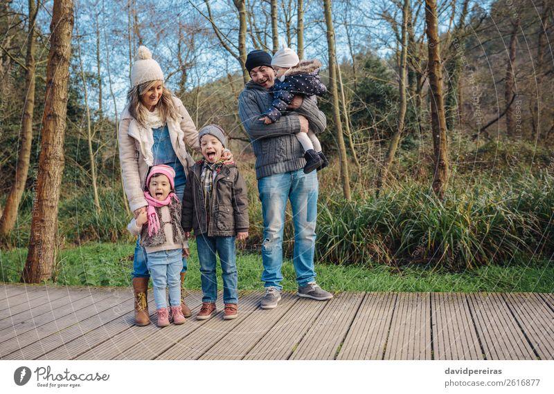 Glückliche Familie, die gemeinsam die Freizeit im Wald genießt. Lifestyle Freude Freizeit & Hobby Winter Kind Baby Junge Frau Erwachsene Mann Eltern Mutter