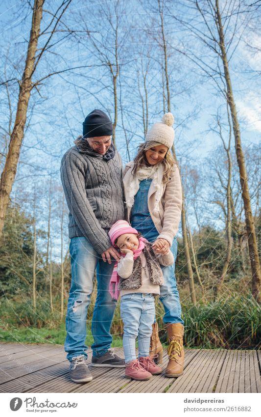 Glückliches Paar mit Tochter im Wald Lifestyle Freude Freizeit & Hobby Winter Kind Frau Erwachsene Mann Eltern Mutter Vater Familie & Verwandtschaft Hand