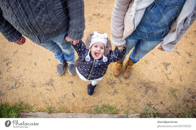 Mann und Frau halten Hände vom Glück, kleines Mädchen. Lifestyle Freude Winter Kind Baby Erwachsene Eltern Mutter Vater Familie & Verwandtschaft Paar Natur