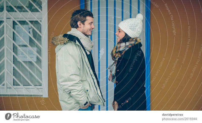 Ein glückliches Paar, das sich gegenseitig ansieht und im Freien lacht. Lifestyle Glück schön Erholung Freizeit & Hobby Winter Mensch Frau Erwachsene Mann