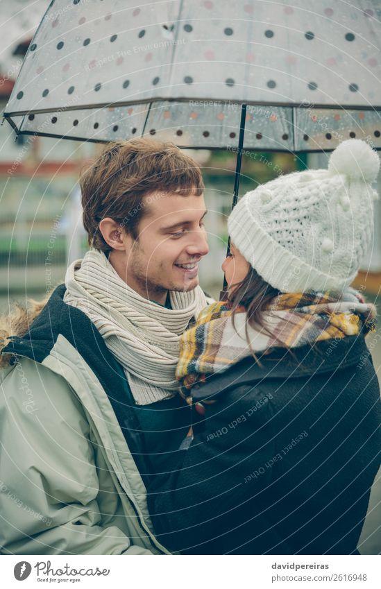 Junges Paar, das an einem regnerischen Tag im Freien unter dem Regenschirm steht. Lifestyle Glück schön Winter Mensch Frau Erwachsene Mann