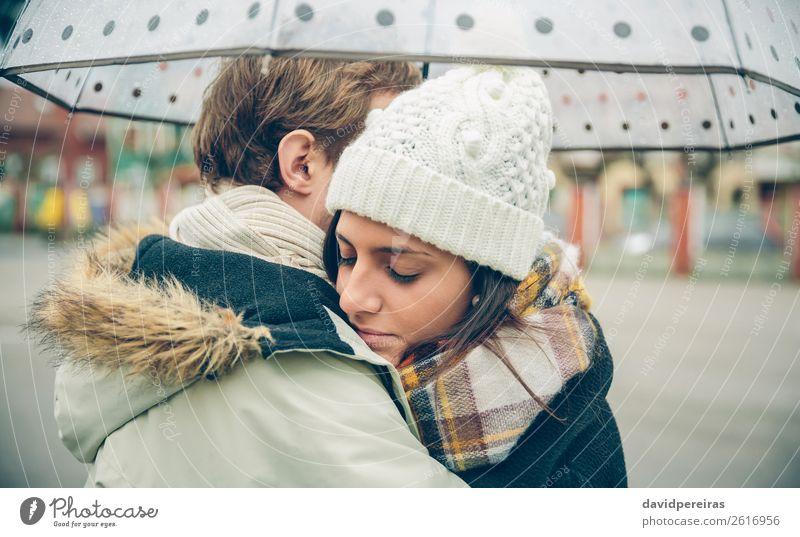 Junges Paar, das an einem regnerischen Tag im Freien unter dem Regenschirm steht. Lifestyle schön Winter Mensch Frau Erwachsene Mann Familie & Verwandtschaft
