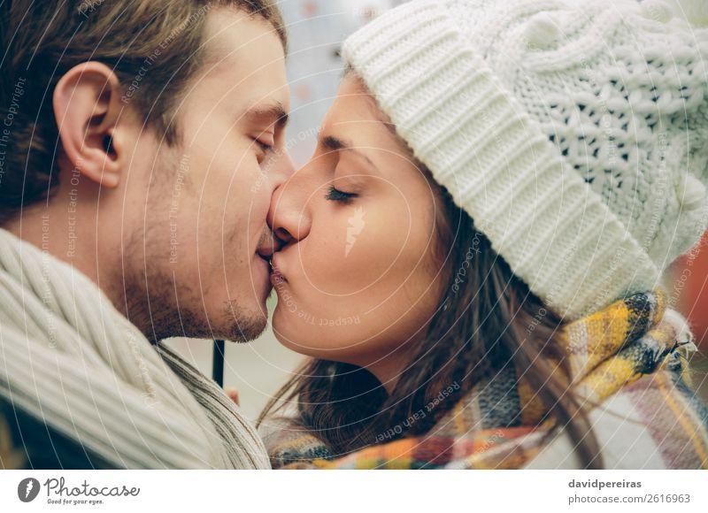 Junges Paar küssen im Herbst regnerischen Tag Lifestyle schön Winter Mensch Frau Erwachsene Mann Familie & Verwandtschaft Lippen Schal Hut Küssen Liebe