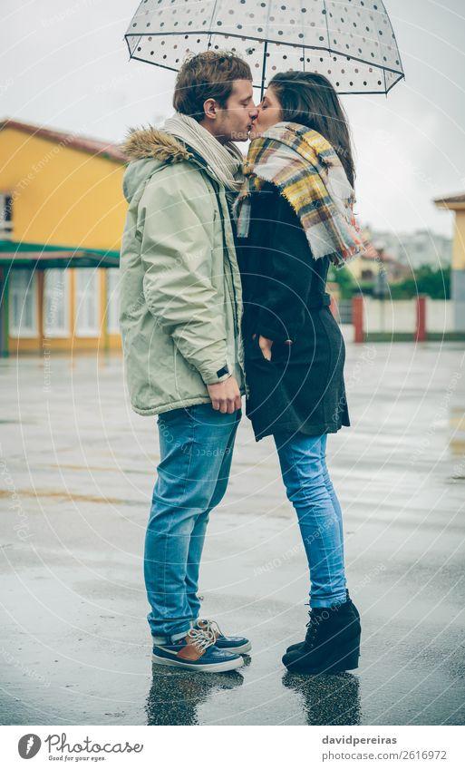 Junges Paar, das sich an einem regnerischen Tag unter dem Regenschirm im Freien küsst. Lifestyle Glück schön Winter Mensch Frau Erwachsene Mann