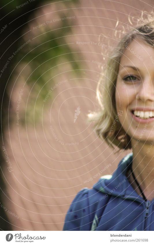 """""""Goldlöckchen Mensch Natur Jugendliche schön Baum Sommer Erwachsene Kopf hell blond Fröhlichkeit 18-30 Jahre Junge Frau Lächeln Freundlichkeit Jacke"""