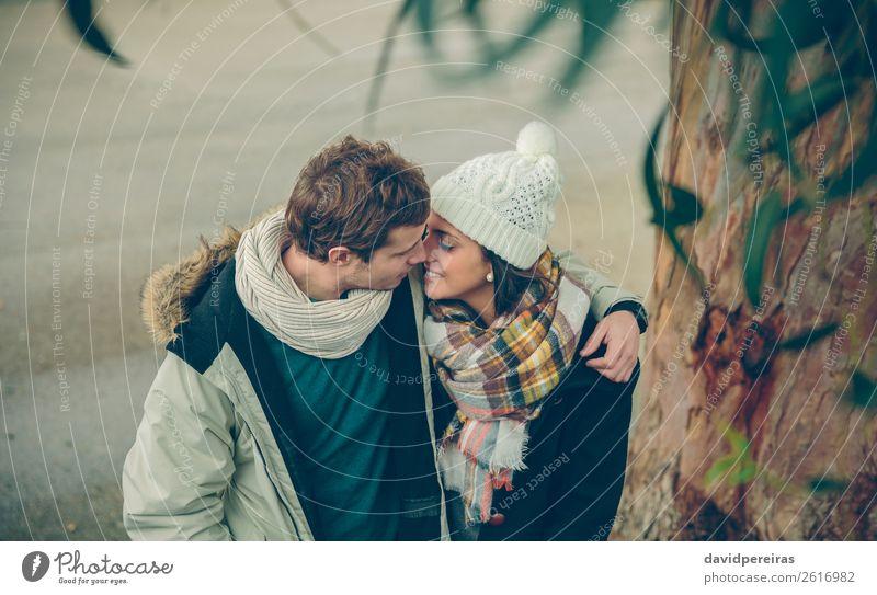 Junges Paar in der Liebe, das sich im Freien umarmt und küsst. Lifestyle Glück schön Winter Mensch Frau Erwachsene Mann Familie & Verwandtschaft Herbst Regen