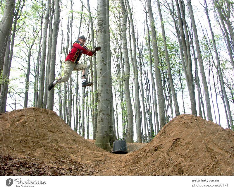 Running Man springen dumm anlauf nehmen Ferne leer Rampe Hügel Wald Baum Eimer gehen Mann Extremsport Mut Angst zu kurz Lücke Dirt Himmel Erde Idee Luftverkehr