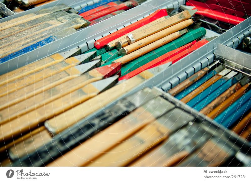 viele bunte Meissel Berufsausbildung Handwerker Arbeitsplatz Werkzeug gelb rot Ordnungsliebe Reinlichkeit Sauberkeit Dorn Metallwerkzeug Metallbearbeitung