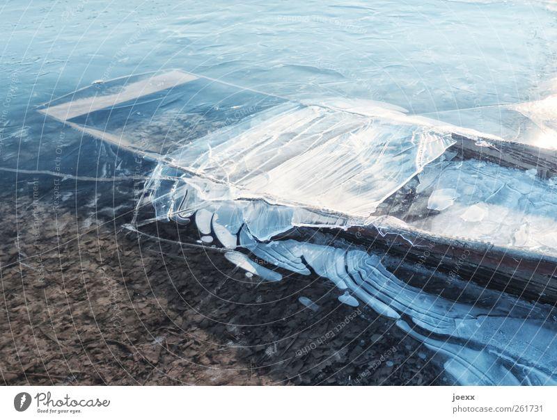 Eisbrecher Wasser Winter Frost Küste Seeufer Flussufer Fischerboot Ruderboot liegen alt eckig hell kalt kaputt blau braun weiß ruhig Kahn gefroren Eisfläche