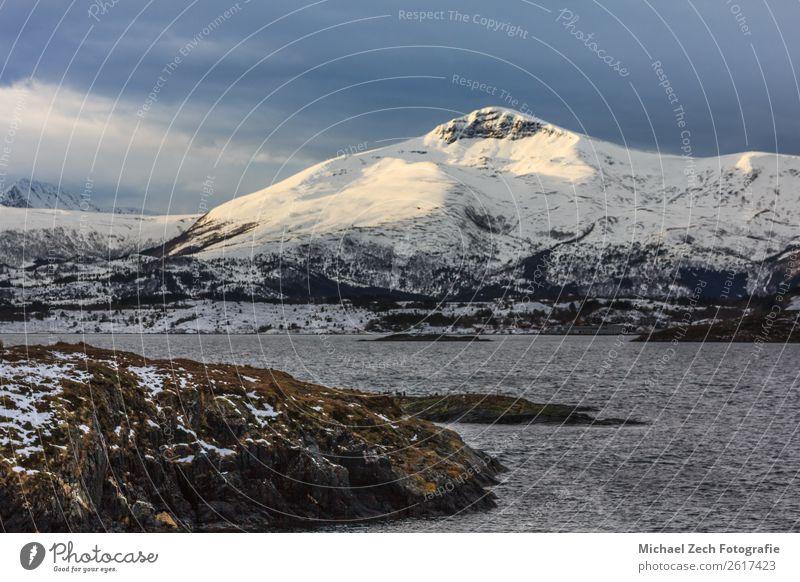 Blick auf das Fischerdorf reine auf den lofoten Inseln Winter schön Ferien & Urlaub & Reisen Meer Schnee Berge u. Gebirge Haus Natur Landschaft Himmel Küste