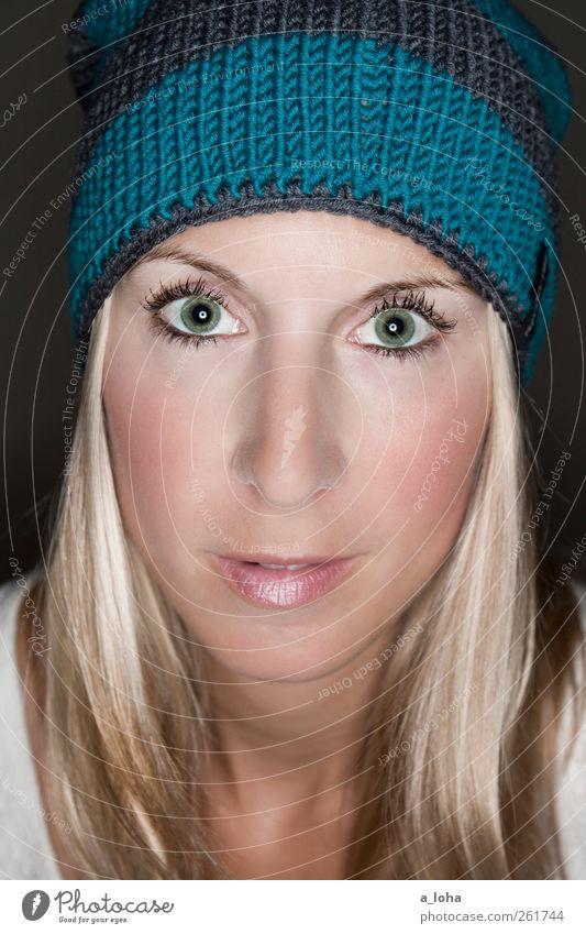 aroha nui* Mensch Frau blau grün schön Erwachsene Gesicht feminin Wärme Zufriedenheit blond Lifestyle Streifen dünn Mütze trendy