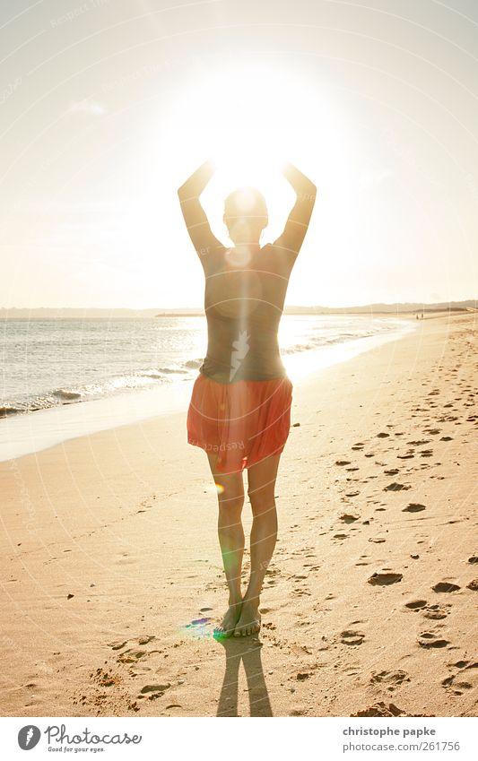 catch the sun Jugendliche Ferien & Urlaub & Reisen Sonne Sommer Meer Strand ruhig Erholung feminin Küste Zufriedenheit Junge Frau leuchten Schönes Wetter