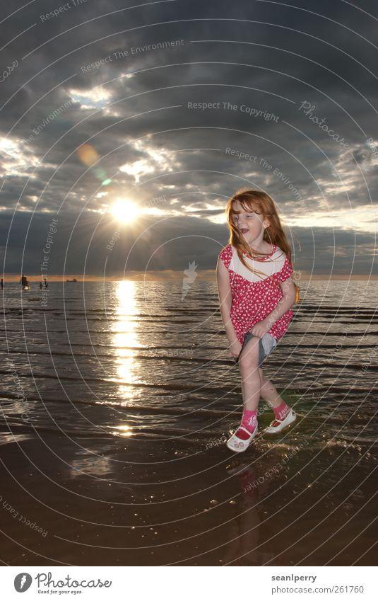 Sonnenuntergang Paddeln Freude Sommerurlaub Strand Meer Kind Mädchen 1 Mensch 3-8 Jahre Kindheit Wolken Küste abgerollt rothaarig lachen rennen Glück rosa