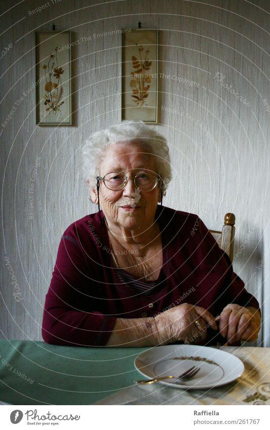 Kuchenzeit Küche feminin Weiblicher Senior Frau Großmutter Haut Hand 60 und älter Brille weißhaarig Locken Blick sitzen warten grün violett Bilderrahmen Stuhl