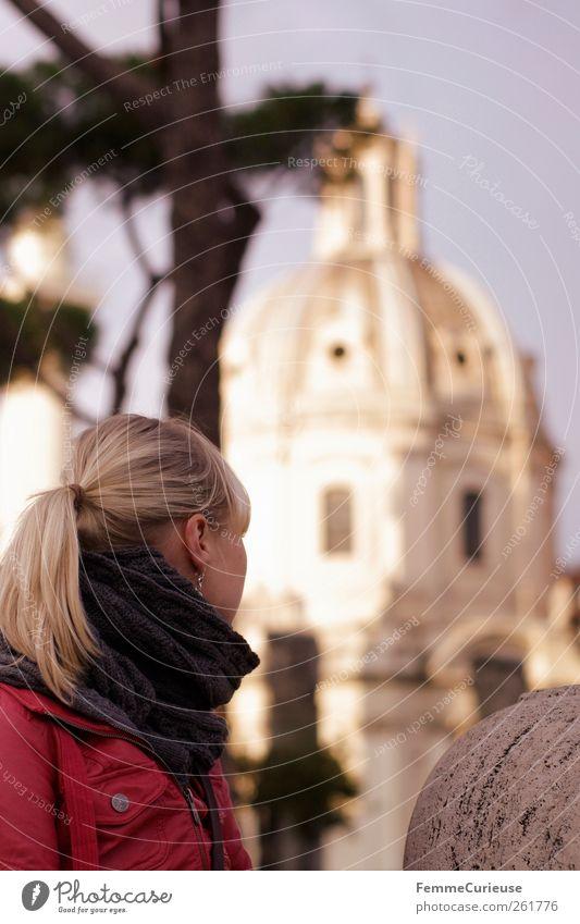 Sightseeing. Mensch Frau Himmel Ferien & Urlaub & Reisen Stadt Baum Winter Erwachsene Architektur Kopf träumen Freizeit & Hobby Ausflug Tourismus beobachten