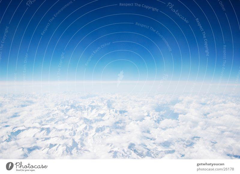 Simpel und schön Himmel weiß blau Ferien & Urlaub & Reisen ruhig Wolken Ferne Farbe Berge u. Gebirge Fuß Angst Flugzeug Horizont Geschwindigkeit Luftverkehr Niveau