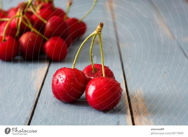 Köstliche Kirschen auf einem blauen Holztisch Frucht Dessert Lebensmittel Gesunde Ernährung Foodfotografie lecker Snack Backwaren gebastelt süß backen Sommer
