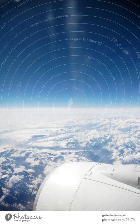 Es trennten uns nur 12mm Glas Himmel weiß blau Ferien & Urlaub & Reisen ruhig Wolken Ferne Farbe Berge u. Gebirge Fuß Angst Flugzeug Horizont Geschwindigkeit