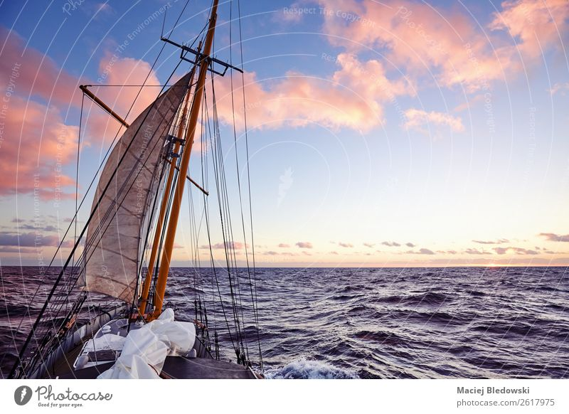 Alter Segelschiffsmast bei Sonnenuntergang. Lifestyle Ferien & Urlaub & Reisen Ausflug Abenteuer Ferne Freiheit Kreuzfahrt Expedition Sommer Meer Himmel