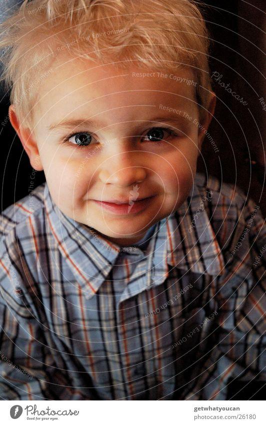Kleines Kerlchen Kind schick Hemd niedlich süß Freundlichkeit Licht weich Physik schön Wange blond klein Blick Mensch Junge lachen grinsen Auge Gesicht Wärme