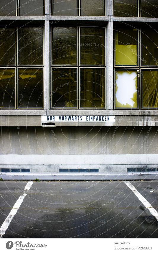 Parkprobleme Stadt Wand Architektur Wege & Pfade Stein Mauer Gebäude PKW Glas Fassade Schilder & Markierungen Beton Schriftzeichen Hinweisschild fahren Bauwerk