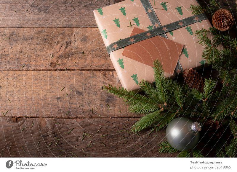 Weihnachtsbaumäste und Geschenk auf einem Tisch Dekoration & Verzierung Feste & Feiern Weihnachten & Advent Silvester u. Neujahr grün Tradition Weihnachtskugeln