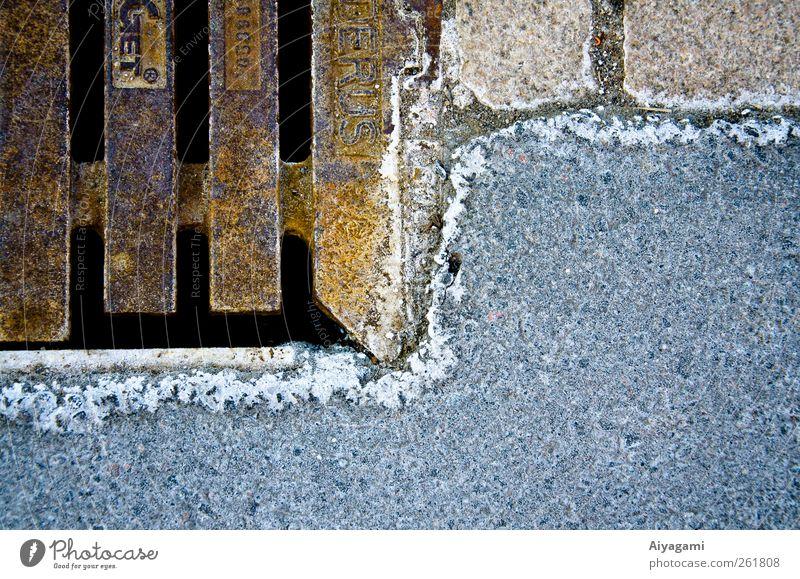 Eiskorrosion und Asphalt Winter Frost Straße Stein Metall Kristalle Coolness Oxidation Abwasserkanal Oberfläche Konsistenz verdorrt Rost kalt Gully
