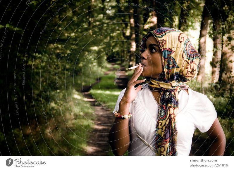 rauchen im wald Lifestyle elegant Stil Mensch feminin Junge Frau Jugendliche 1 18-30 Jahre Erwachsene Mode Stoff Schmuck Kopftuch Rauchen Erfolg exotisch