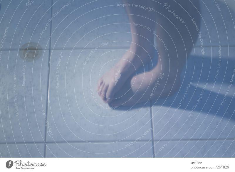 Morgens im Bad Schwimmen & Baden Körper Haut Beine Fuß 1 Mensch Gefühle Scham Angst Schüchternheit Unter der Dusche (Aktivität) frieren kalt Farbfoto