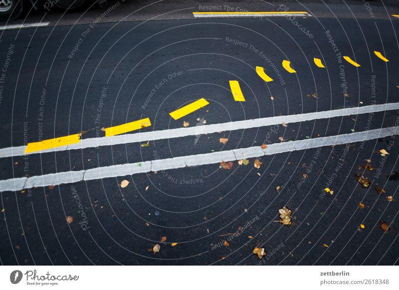 Fahrbahnmarkierung (planlos) abbiegen Asphalt Autobahn Ecke Warnhinweis Hinweis Kurve Linie links Schilder & Markierungen Navigation Orientierung Pfeil rechts